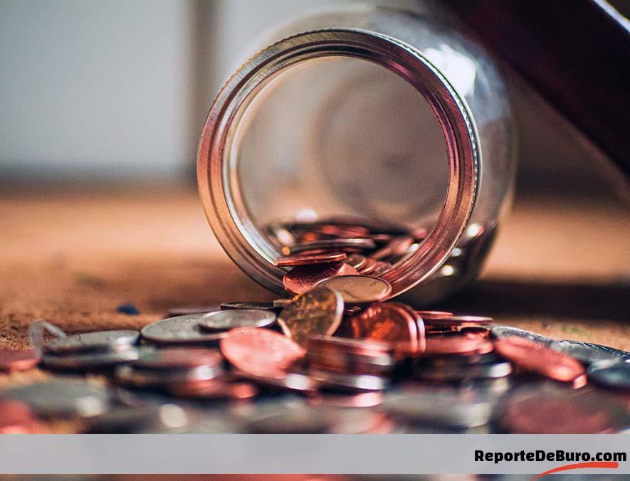 monedas saliendo de frasco